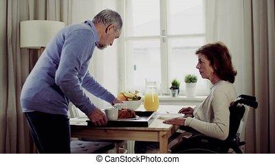 séance, couple, breakfast., table, personne agee, avoir, maison