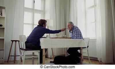 séance, couple, chien, breakfast., table, personne agee, avoir, maison