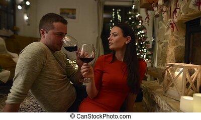 séance, couple, devant, cheminée, boire, vin.