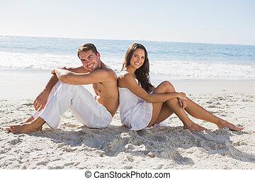 séance, couple, dos, sable, appareil photo, sourire