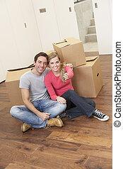 séance, couple, jeune, boîtes, en mouvement, carton, jour