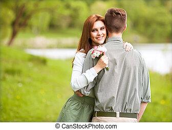séance, couple, jeune, coucher soleil, rivière, heureux