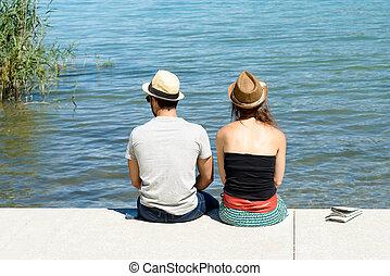 séance, couple, jeune, front mer, vue postérieure