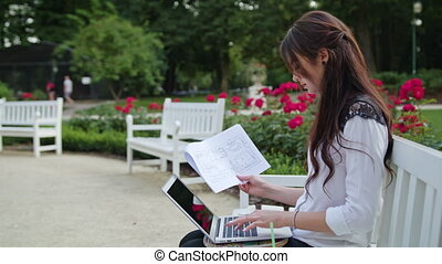 séance, dame, laptop., parc, utilisation, entrée, données