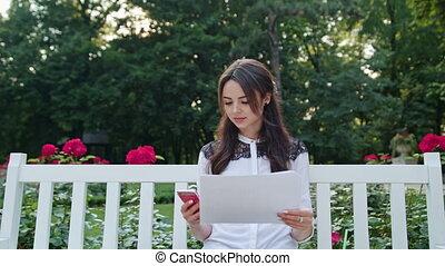 séance, dame, parc, téléphone., utilisation, entrée, données