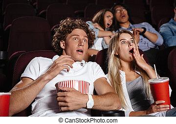 séance, effrayé, cinéma, montre, jeune, amis, pellicule