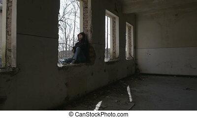 séance, encapuchonné, bâtiment, cadre, déprimé, abandonnés, homme, fenêtre, jeune