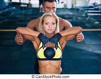 séance entraînement, femme, gymnase, bouilloire, balle
