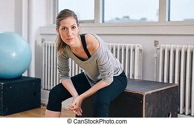 séance entraînement, femme, gymnase, délassant, après