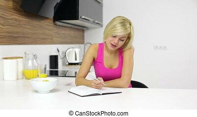 séance femme, écrit, bloc-notes, idée, jeune, table, pense