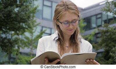 séance femme, banc, lecture, magazine., sourire, bâtiment, bureau