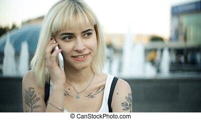 séance femme, blonds, jeune regarder, conversation, sourire, téléphone, appareil-photo.