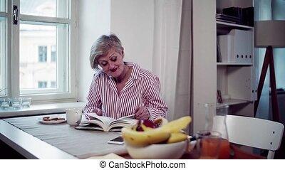 séance femme, book., actif, table, personne agee, lecture, maison