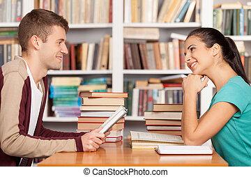 séance femme, chaque, jeune, bibliothèque, gai, autre, bureau, sourire, amis, library., homme