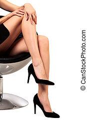 séance femme, isolé, long, fond, chaise, blanc, jambes