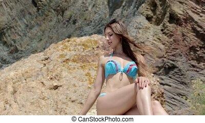 séance femme, jeune, bikini, séduisant, rocher, sourire, plage