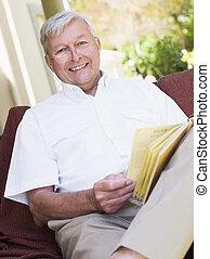 séance femme, livre, dehors, personne agee, lecture, chaise