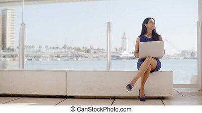 séance femme, ordinateur portable, banc, front mer, utilisation