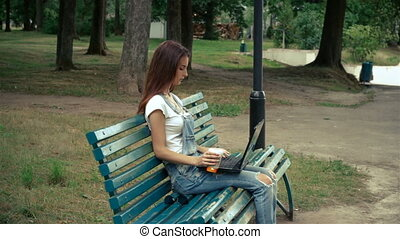 séance femme, ordinateur portable, parc, jeune, joli