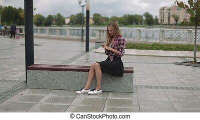 séance femme, parc, jeune, banc, smartphone