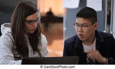 séance femme, question, ordinateur portable, jeune, screen., brunette, asiatique, étudiant, devant, mâle, discuter, table, lunettes