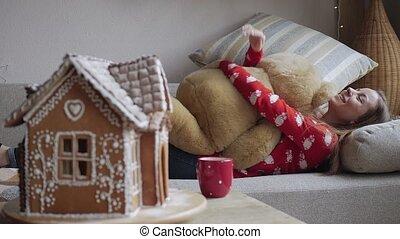 séance femme, sofa, teddy, jeune, ours, embrasser
