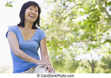 séance, femme souriante, dehors
