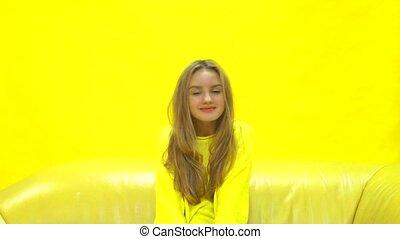 séance, jaune, appareil photo, divan, fille souriant