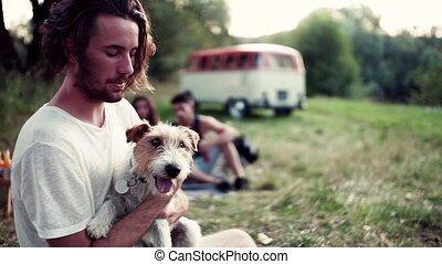 séance, jeune, chien, roadtrip., herbe, amis, homme