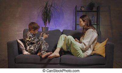 séance, jouer, téléphone, confortable, jeune, mère, salle, fils, divan