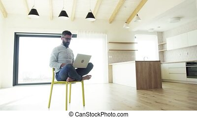 séance, laptop., maison, mûrir, nouveau, utilisation, chaise, unfurnished, homme