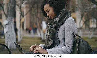 séance, ordinateur portable, dactylographie, banc, américain, informatique, séduisant, étudiant, africaine, univercity