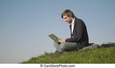 séance, ordinateur portable, parc, jeune, conversation, quoique, skype, utilisation, herbe, homme