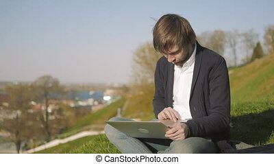 séance, ordinateur portable, parc, jeune, dehors, portrait, utilisation, herbe, homme