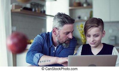 séance, père, laptop., fils, petit, mûrir, table, intérieur, utilisation