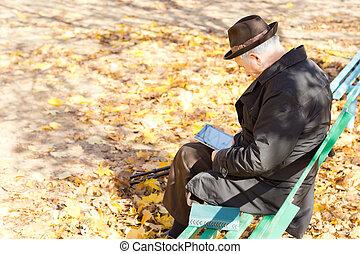 séance, parc, personnes agées, une, jambes, lecture, homme
