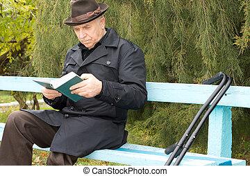 séance, personnes agées, handicapé, dehors, lecture, homme