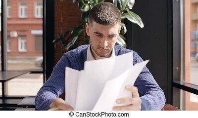 séance, réussi, jeune, cafe., contrat, homme affaires, lecture, table