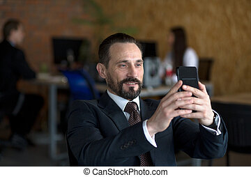 séance, selfie, homme affaires, confection, table, heureux