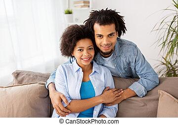 séance, sofa, couple étreindre, maison, heureux