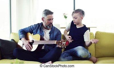 séance, sofa, guitar., père, fils, petit, mûrir, intérieur, jouer