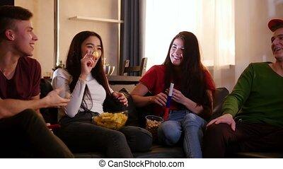 séance, tv, sofa, gens, jeune, ensemble, quatre, regarder, heureux
