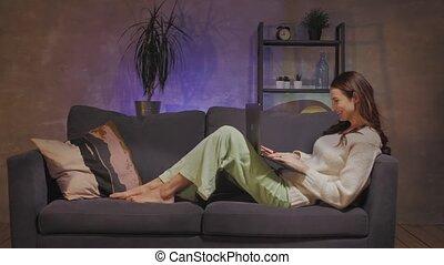 séance, voit, confortable, quel, femme, jeune, sofa, fonctionnement, très, ordinateur portable, écran, salle, heureux, elle