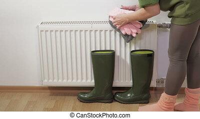 sécher, radiateur, mouillé, mettre, femme, bottes, gants, ...