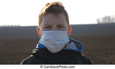 sécurité, monde médical, outdoor., petit enfant, coronavirus, debout, santé, dehors., virus, porter, vie, fin, masque, mâle, protecteur, triste, haut, figure, concept, pandemic., garçon, portrait
