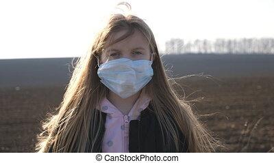 sécurité, monde médical, outdoor., petit enfant, coronavirus, debout, santé, dehors., virus, porter, vie, fin, masque, femme, protecteur, triste, haut, girl, figure, concept, pandemic., portrait