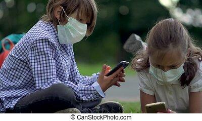 sécurité, school., masques, utilisation, élèves, gadgets, hands., mignon, girl, garçon, leur, élémentaire, smartphones