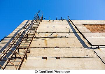 sécurité, vertical, rouillé, bleu, échelle, métal, vieux, industriel, wall., béton, ciel, nuages, escalier, rails