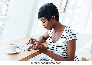 séduisant, africaine, femme affaires, utilisation, tablette, amd, avoir café, coupure