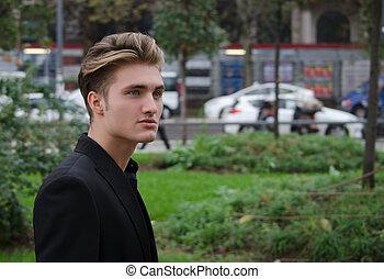 séduisant, bleu observé, blonds, jeune homme, dehors, dans, ville